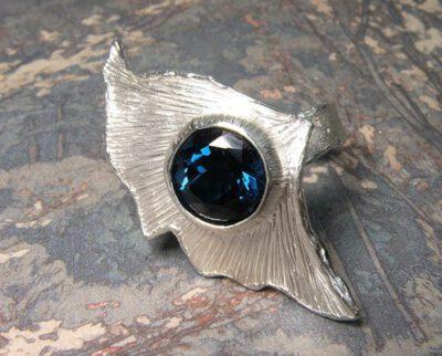 Zilveren ring met ginkgo blad en topaas. Silver Ginkgo ring with topaz. Oogst goudsmid Amsterdam