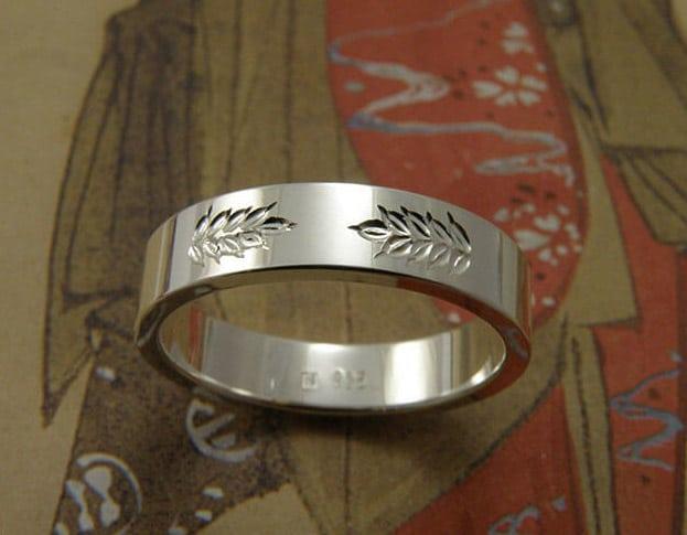 Zilveren ring Lineair, strak model met handgravure van graan halm. Silver ring Lineair, sleek model with hand engraving of a stem. Uit het Oogst goudsmid atelier. Made in the Oogst goldsmith studio.