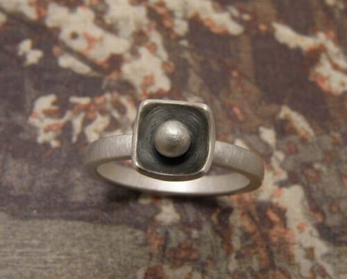Zilveren Bol ring met vierkant geoxideerd kommetje en bol. Maatwerk uit het Oogst atelier. Silver ring Sphere with square shape. Custom design made in the Oogst goldsmith studio.