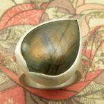 Zilveren ring met labradoriet druppel. Silver ring with dropshape labradorite. Oogst goudsmeden Amsterdam.