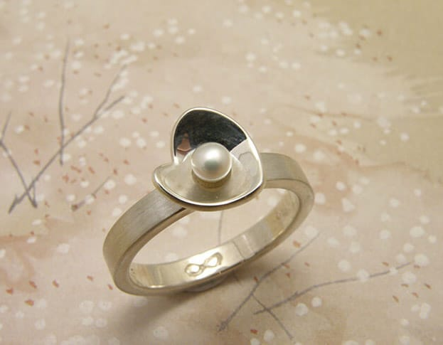 Zilveren ring met parel. Silver ring with a pearl. Oogst goudsmid Amsterdam