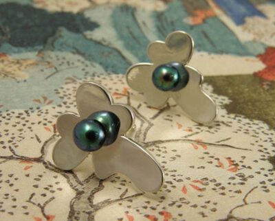 Zilveren viooltjes oorstekers met oxyd akoya parels. Silver violet earstuds with oxyd akoya pearls. Oogst Amsterdam.