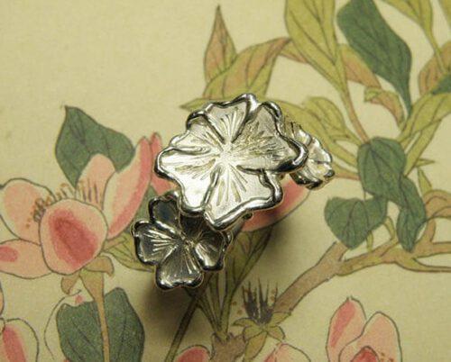 Zilveren viooltjes ring. Silver violet ring. Maatwerk uit het Oogst atelier.