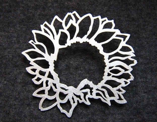 Zilveren broche zonnebloem. Gedenksieraad. Silver Sunflower brooch. Remembrance jewel. Oogst goudsmid Amsterdam