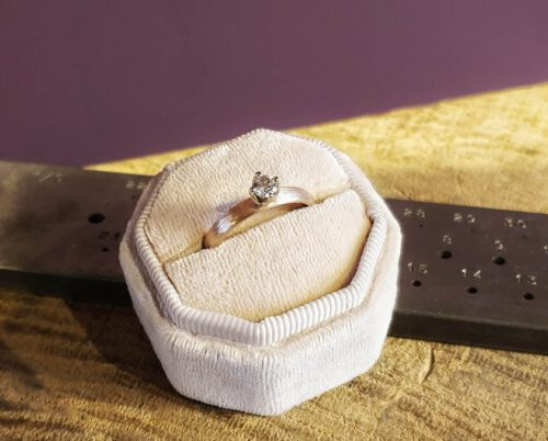 Verlovingsring 'Ritme' roségouden ring met diamant cape. Engagement ring 'Rhythm' rose golden ring with diamond cape. Oogst goudsmeden Amsterdam.