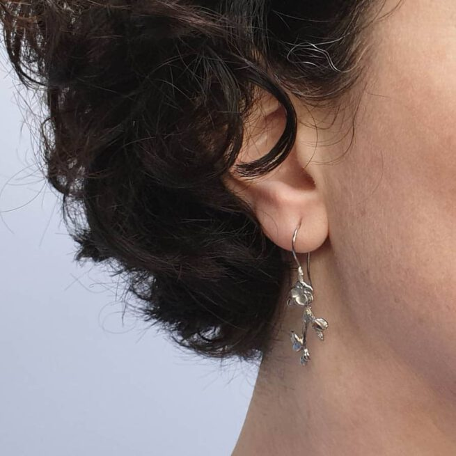 Witgouden bloesem oorsieraden Japonais. White gold blossom earrings. Oogst goudsmid Amsterdam