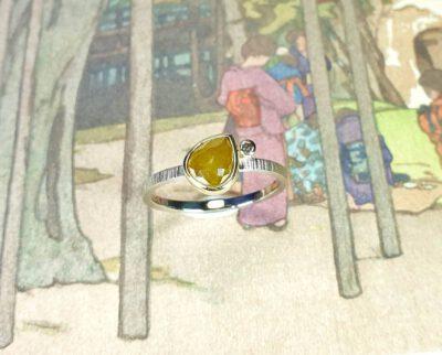 verlovingsring 'Ton sur ton' witgoud met mustard en saffraan diamant . Engagement ring Ton sur Ton white gold with mustard and saffron diamonds. Oogst goudsmid Amsterdam