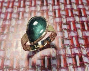 geelgouden ring 'Linnen'. Met 7,23 ct druppelvormige cabochon geslepen Topaas. Yellow gold ring Linen with Topaz drop shaped. Oogst goudsmid Amsterdam.