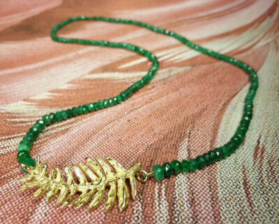 Collier, Hortus collectie, Oostkaapse Broodboom, smaragd en geelgoud. Necklace yellow gold and emerald Hortus collection. Oogst goudsmid Amsterdam.