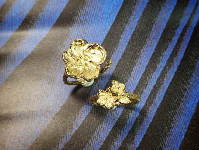 """ring 'Japonais' Bloesem op een bamboe ring van eigen """"oud goud"""" gemaakt. Maatwerk sieraad uit het Oogst goudsmid atelier Amsterdam. Ring Japonais made from heirloom gold. Statement ring."""