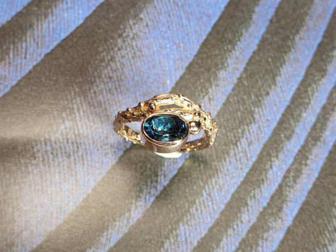 Ring Boomgaard, assieraad, gedenksieraad. Ring Orchard, remembrance jewel, commemorative jewel. Oogst goudsmid Amsterdam