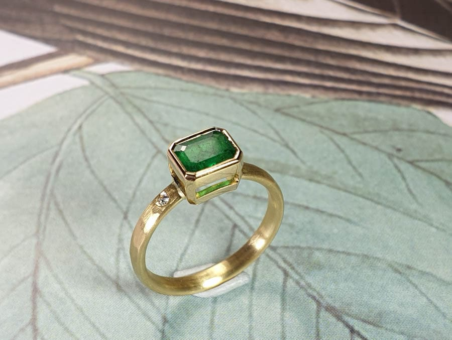 Geelgouden verlovingsring Ritme met smaragd. Yellow gold engagement ring with emerald and diamond Rhythm with hammered finish. Oogst goudsmid Amsterdam
