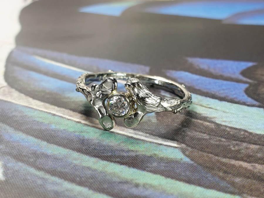 Witgouden ring Blaadjes met een Mereltje en 0,15 ct briljant geslepen diamant. White gold ring Leafs as birth present. Oogst goudsmid Amsterdam