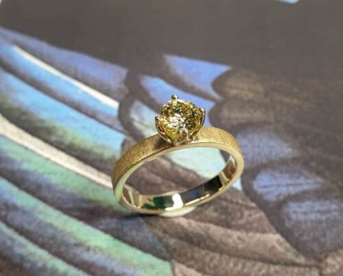 Geelgouden verlovingsring eenvoud met diamant. Yellow gold engagement ring with diamond. Solitaire ring. Oogst goudsmid Amsterdam.