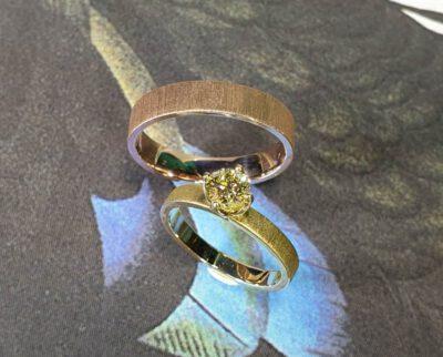 Trouwringen Eenvoud geelgouden ring met gele diamant en roodgouden ring met fluweel finish. Wedding rings Simplicity yellow gold ring with a yellow diamond and rose gold textured ring with a Velvet finish Huwelijksringen. edelsmid. Goudsmid Amsterdam. Oogst