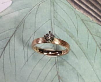 Roodgouden verlovingsring Ritme met diamant. cinnamon. Rose gold engagement ring Rhythm with diamond cinnamon. Oogst goudsmid Amsterdam