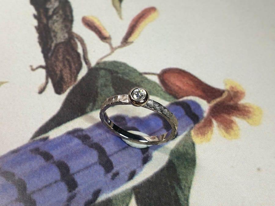 Witgouden verlovingsring Deining met 0,10 crt diamant. White gold engagement ring Swell with 0,10 ct diamond. Oogst Amsterdam.