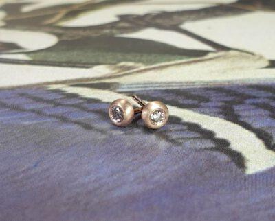 Roodgouden oorsieraden Boleet met diamant. Rose gold ear studs with diamonds Boleet. Oogst goudsmid Amsterdam.