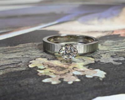 Witgouden verlovingsring Japonais met 0,50 ct diamant. White gold engagement ring with a 0,50 ct diamond. Oogst Amsterdam goudsmid. Blog alles over verlovingsringen.