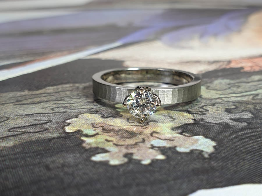 Witgouden verlovingsring Japonais met 0,50 ct diamant. White gold engagement ring with a 0,50 ct diamond. Oogst Amsterdam goudsmid. Blog alles over verlovingsringen.