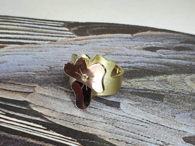 Yellow gold ring 'In Bloom' with rose gold violet and a diamond. Oogst goldsmith Amsterdam