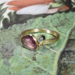Geelgouden ring Ton sur ton met bordeaux rode korund en diamant. Yellow gold ring with bordeaux korund and a diamond Ton sur ton. Oogst goudsmid Amsterdam. Blog alles over verlovingsringen.