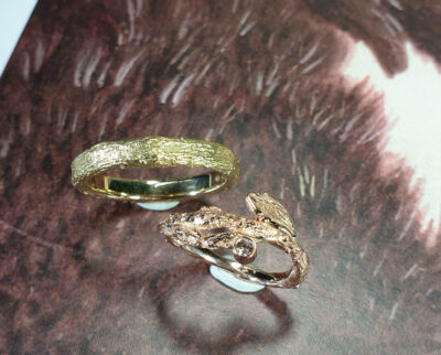 Trouwringen Boomgaard. Roodgouden takjes ring met bruine diamant. Geelgouden takjes ring. Wedding rings Orchard. Rose gold twig with brown diamond ring. Yellow gold wedding band. Oogst edelsmid Amsterdam. Handgemaakte trouwringen.