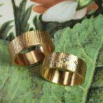 Trouwringen Linnen. Roségouden ring met diamant. Roodgouden ring. Wedding rings Linen Rose gold ring, with diamonds for her. Oogst goudsmid Amsterdam. Huwelijksringen Edelsmid.
