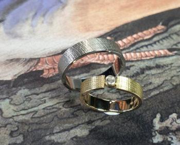 Trouwringen Linnen. Geelgouden ring met diamant. Witgouden ring. Wedding rings Linen Yellow gold ring with diamond. White gold ring. Oogst goudsmid Amsterdam. Huwelijksringen Edelsmid.