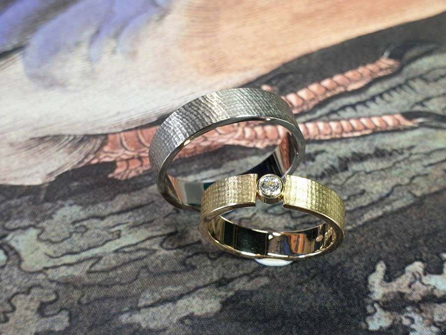 Trouwringen Linnen. Geelgouden ring met diamant. Witgouden ring. Wedding rings Linen Yellow gold ring with diamond. White gold ring. Oogst goudsmid Amsterdam. Huwelijksringen Edelsmid.
