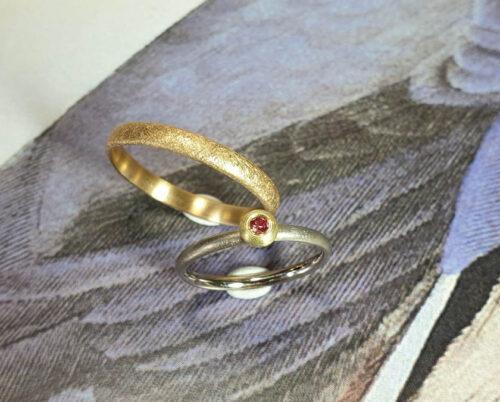 Trouwringen Boleet en Eenvoud. Witgouden ring met fancy pink diamant en roségouden ring. Wedding rings Boletus and Simplicity white gold ring with fancy pink diamond and rosé gold ring. Huwelijksringen edelsmid Goudsmid Oogst Amsterdam