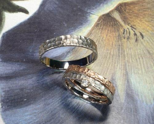 Trouwringen Deining roodgouden ring textuur en witgouden ring textuur. Wedding rings swell rose gold textured ring and white gold textured ring. Oogst goudsmid Amsterdam. Edelsmid. Huwelijksringen