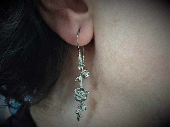 Witgouden 'Japonais' oorbellen, takje met bloesem. Uit de Japonais collectie. Oogst goudsmid Amsterdam.