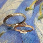 Trouwringen Boomgaard roodgouden takje mett diamant. Witgouden tak. Wedding rings Orchard. Rose gold twig with diamond and white gold twig. Huwelijksringen Edelsmid Amsterdam. Oogst goudsmid