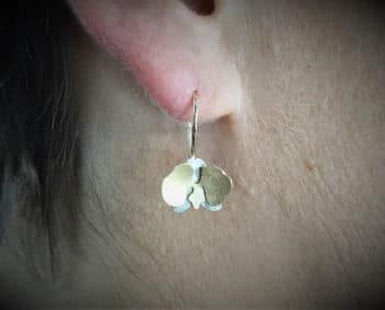 Orchidee oorsieraden in witgoud en geelgoud. In bloei. Earrings yellow gold and white gold Orchid In bloom Oogst goudsmid Amsterdam