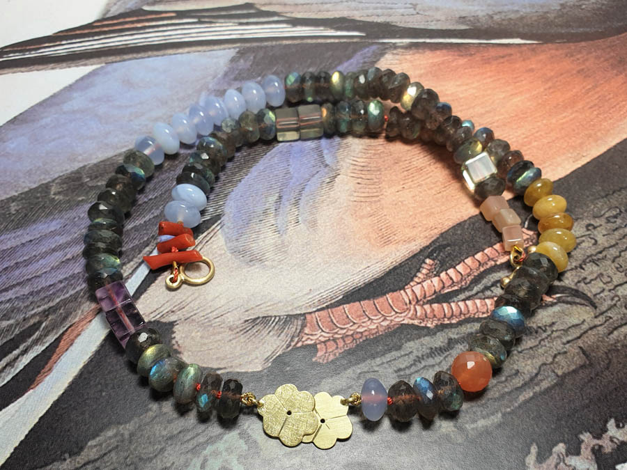 Collier Japonais. Edelstenen mix met geelgouden bloesem. Necklace Japonais. Gemstone mix with yellow gold blossoms. Oogst goudsmid Amsterdam