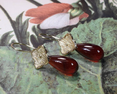 Geelgouden kamon met granaat pampels japonais. Yellow gold earrings kamon with garnet drops Oogst Amsterdam