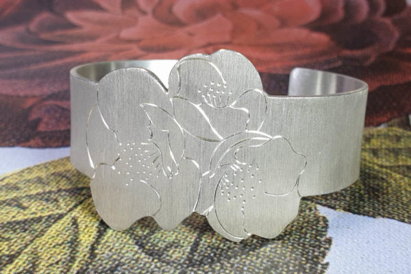 Zilveren klemarmband met Japanse bloesem handgravure. Silver cuff with japanese blossom hand engraving. Oogst goudsmid Amsterdam