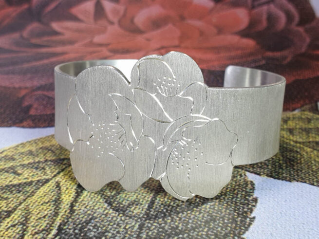 Zilveren klemarmband met Japanse bloesem handgravure. Silver cuff with japanese blossom hand engraving. Oogst goudsmid Amsterdam