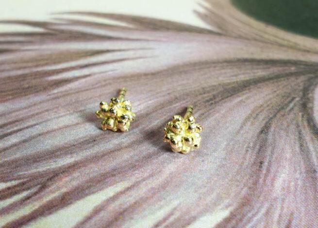 Geelgouden bessen oorbellen met stekers. Ontwerp van Oogst goudsmid amsterdam