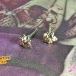 Besjes oorbellen van eigen goud vervaardigd. Earrings Berries made from heirloom gold. Oogst goudsmid Amsterdam