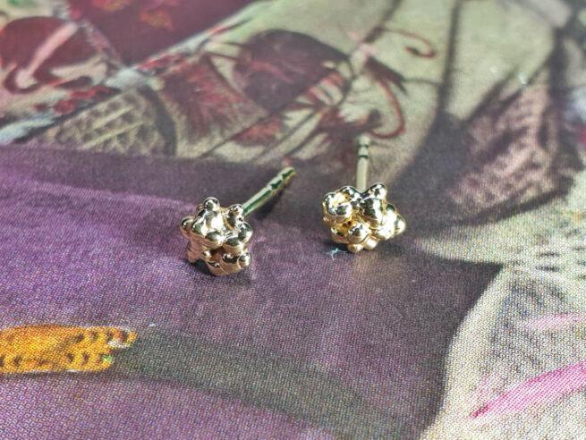 Besjes oorbellen van eigen goud vervaardigd. Earrings Berries made from heirloom gold. Oogst goudsmid Amsterdam