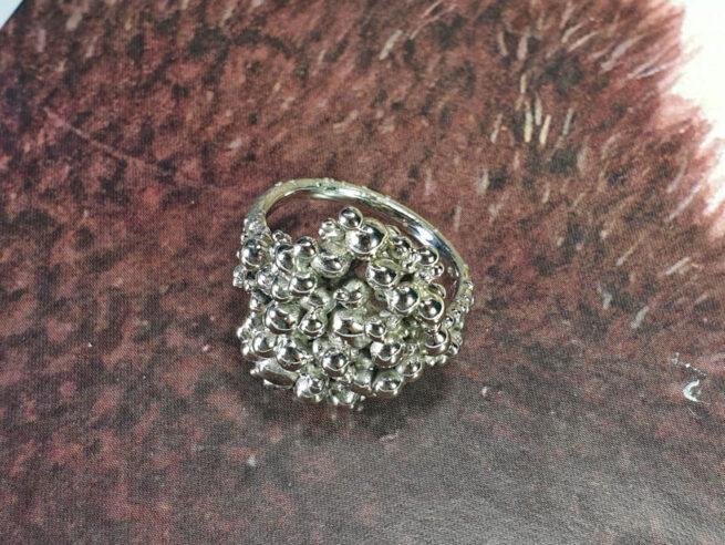 Ring Bessen witgoud. Statement ring van Oogst goudsmid Amsterdam