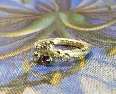 Ring Bessen van eigen goud en eigen granaat. Ring Berries made from heirloom gold and garnet. Oogst goudsmid Amsterdam
