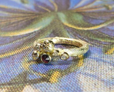 Ring Bessen van eigen goud en eigen granaat. Ring Berries made from heirloom gold and garnet. Oogst goudsmid Amsterdam