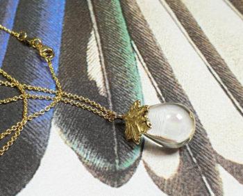 geboortesieraad 'Esdoorn' Geelgouden hanger met blaadje en druppelvormige bergkristal * maatwerk baargoud cadeau uit het Oogst goudsmid atelier. Birth present. Yellow gold pendant with quartz and a leaf.