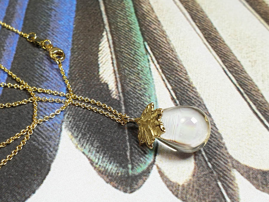 Blaadje esdoorn bergkristal geboortecadeau . Yellow gold pendant leaf with quartz drop. Push present. Birth present. Oogst Amsterdam
