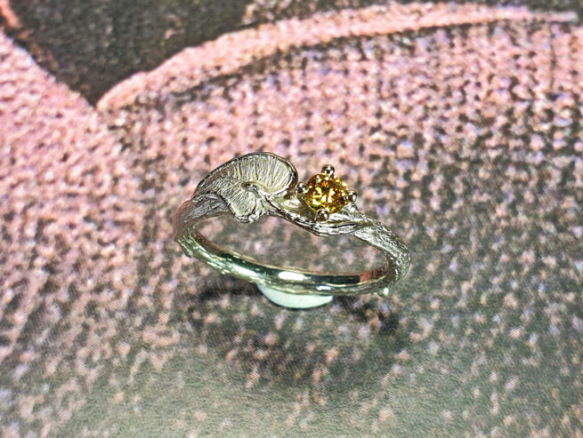 Witgouden ring Blaadje met sunflower diamant. Ring white gold Twig with leaf and sunflower yellow diamond. Custom design. Oogst goudsmid Amsterdam