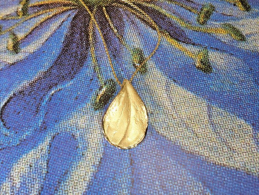 Hanger Blaadje geelgoud. Yellow gold Leaf pendant. Geboortesieraad. Birth present. Oogst goudsmid Amsterdam
