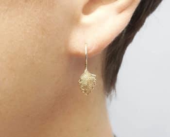 Geelgouden oorsieraden Blaadjes. Yellow gold earrings Leafs. Oogst goudsmid Amsterdam.